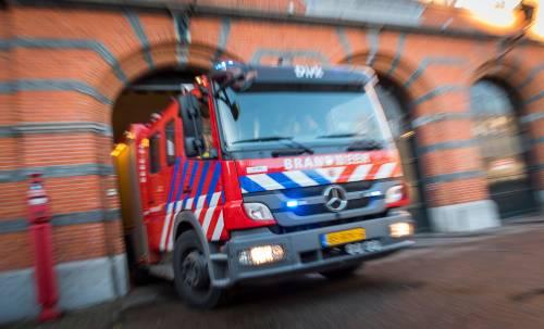 b5f800dc140ec1 Een verwarde man dreigt donderdagavond zijn appartement in de Debussystraat  in Sittard op te blazen. De brandweer is in groten getale bij het compl.